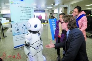"""机器人""""关员""""广东九洲口岸亮相 多项功能助海关旅检查验"""